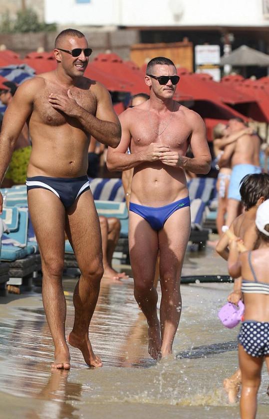 Luke Evans tráví dovolenou v Řecku s tímto urostlým mužem.