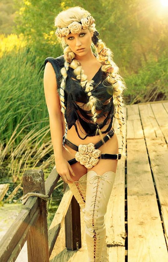 Dříve mohla Kesha nosit takhle odvážné outfity.