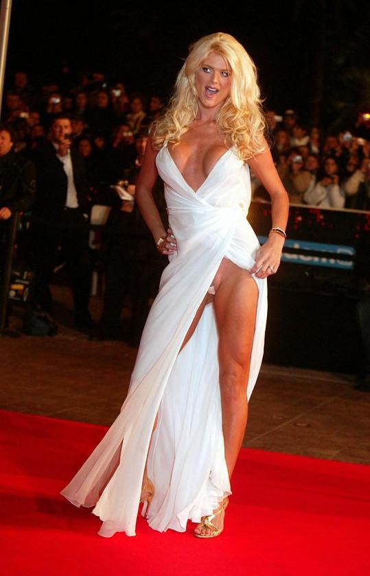 Na filmovém festivalu v Cannes před pár lety vzbudila velký rozruch svým odhaleným outfitem.