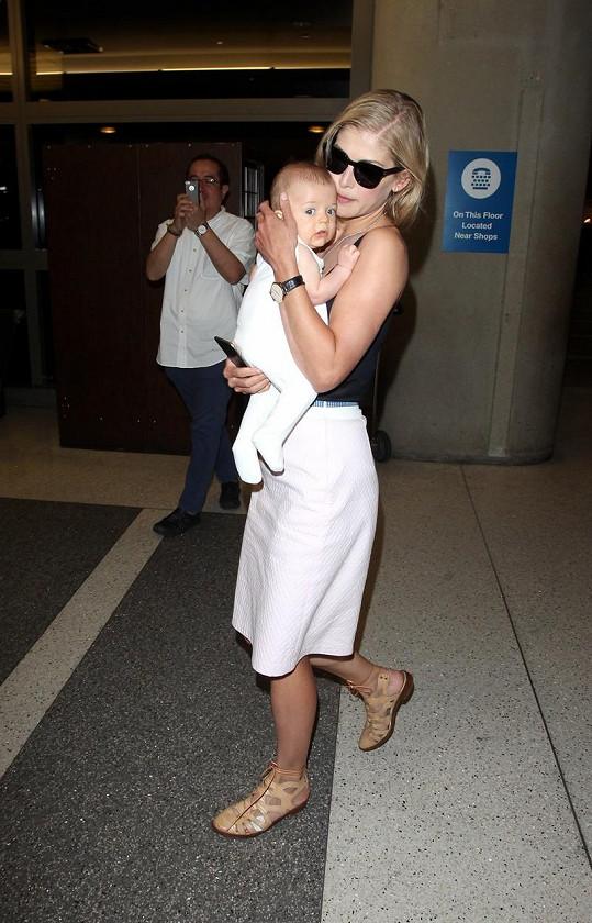 Rosamund Pike ukázala čtyřměsíčního syna.