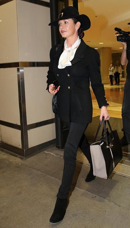 Catherine Zeta-Jones byla šik i na letišti.