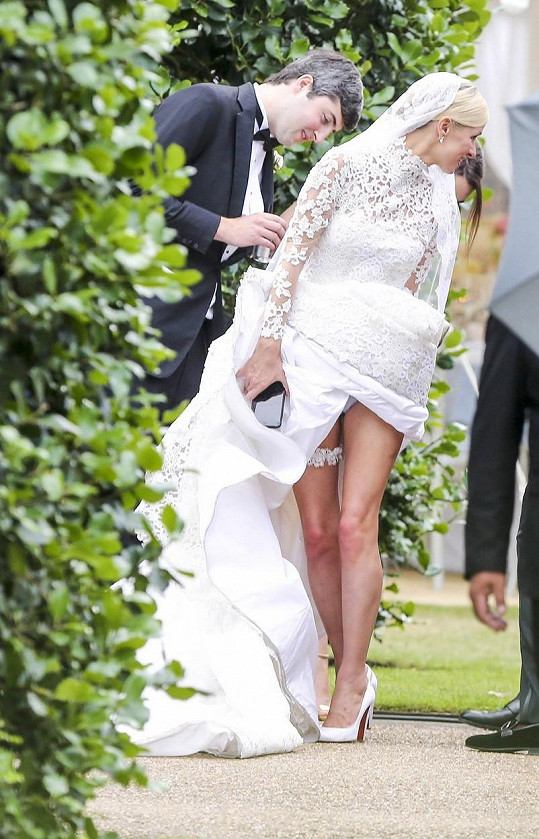 Nevěsta nezklamala a ukázala kalhotky.