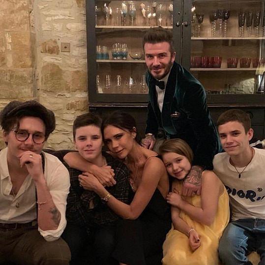 Beckhamovi nechali pokřít mladší děti. Na snímku zleva Brooklyn, Cruz, Victoria, David, Harper a Romeo
