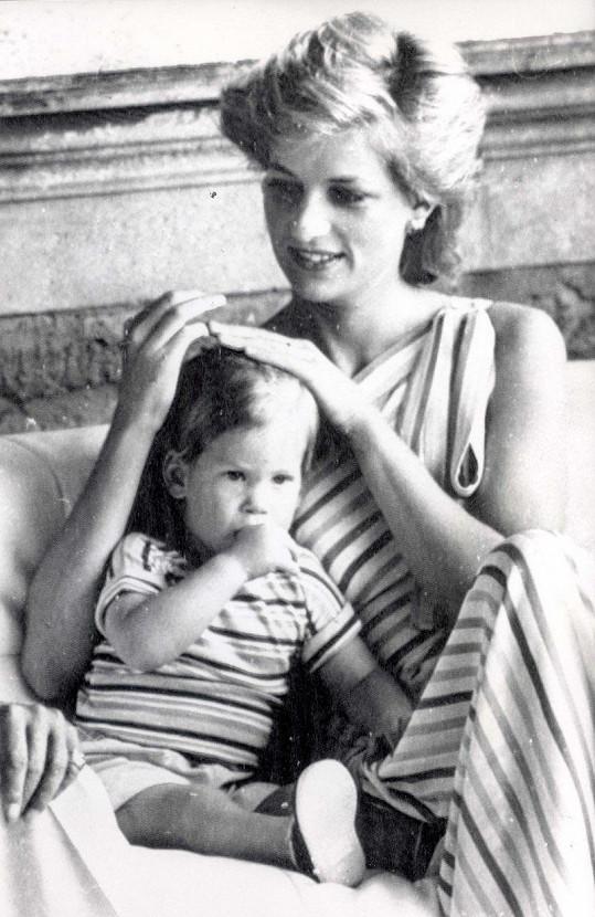 Princezna Diana s teprve dvouletým princem Harrym na dovolené ve Španělsku (srpen 1986)