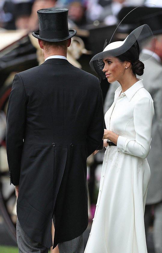 Možná si jenom nechala těhotenské bříško v jiném outfitu.