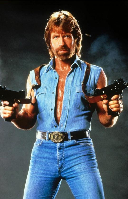 Ve filmu Invaze U.S.A. (1985) si Chuck oholil hruď.