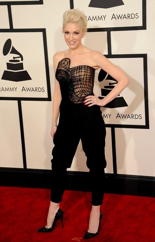 Gwen Stefani oblékl do kalhotového modelu ateliér Versace.