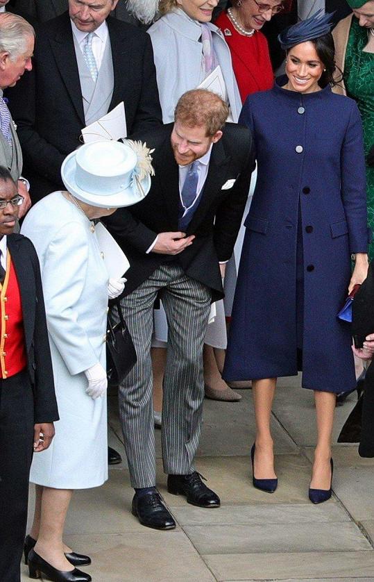 Harry a Meghan oznámili radostnou zprávu na svatbě princezny Eugenie. Zde s královnou Alžbětou II.