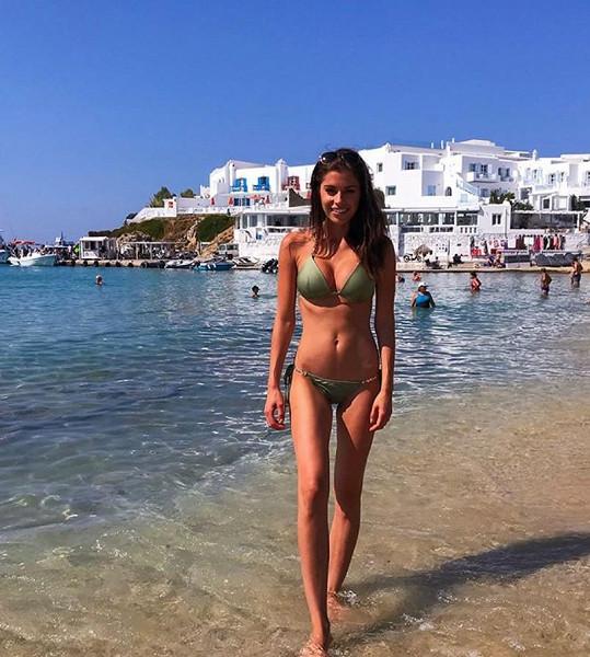 Modelka si užvá dovolenou u moře.
