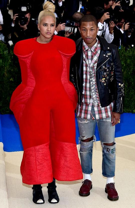 Přestože Pharrell Williams a Helen Lasichanh oblékli modely z podzimní kolekce Comme des Garçons, nemohli snad vypadat rozdílněji.
