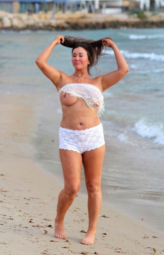 Na plážovou vílu to mic nevypadá...