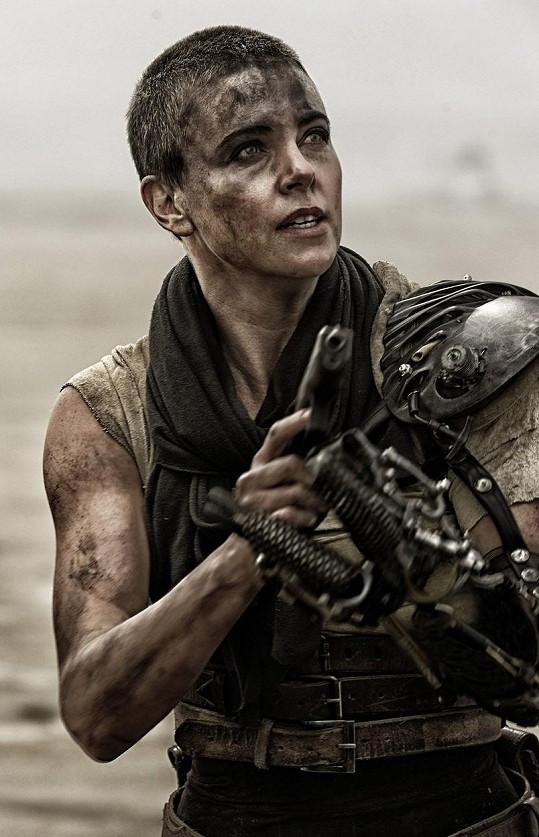 Charlize jako Furiosa ve filmu Šílený Max: Zběsilá cesta (2015)