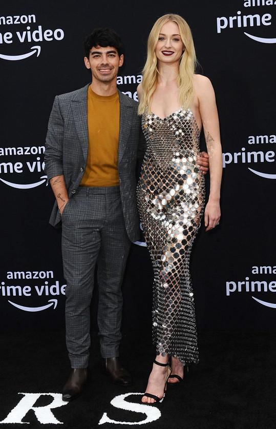 """""""Královna Severu"""" Sophie Turner se také provdala za menšího muže. S výškou 175 cm převyšuje zpěváka Joea Jonase o celých pět cm. Když k tomu přidá podpatky, jak často činí, její milý jí hledí tak maximálně na bradu."""