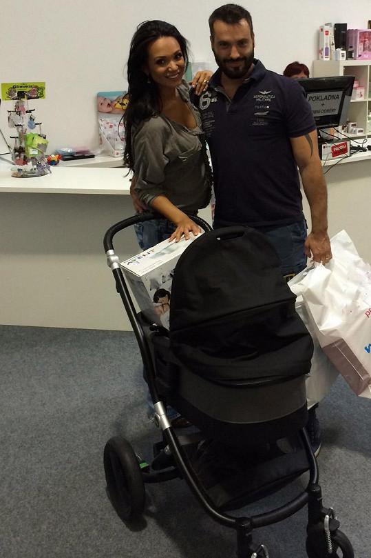 Noid a Gábina už v Hostivici nakoupili prvni výbavičku pro miminko.