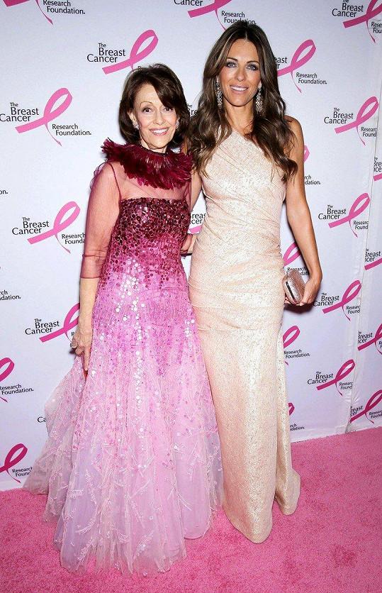 Liz Hurley se zakladatelkou kampaně Evelyn Lauder v roce 2011