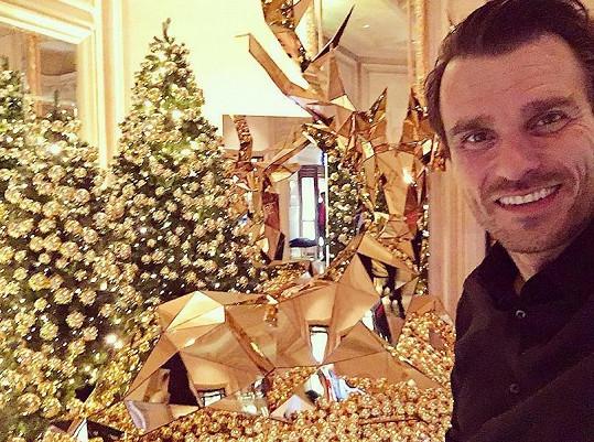 Leoš Mareš v luxusním hotelu, kam si zaletěli na večeři.
