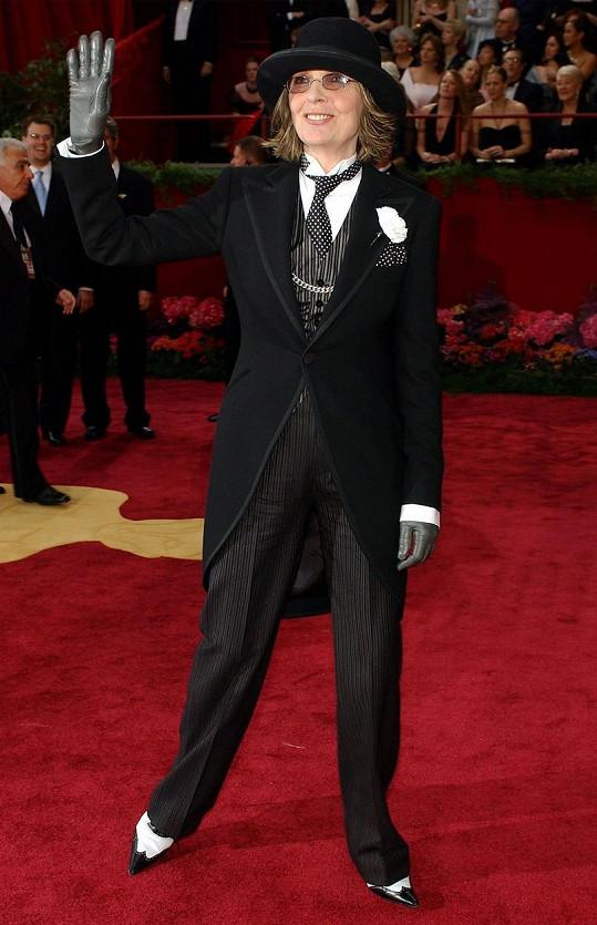 Dnes už legendární outfit odkazující na mužské hvězdy z němé éry stříbrného plátna. Frak od Ralpha Laurena oblékla na Oscary v roce 2004.