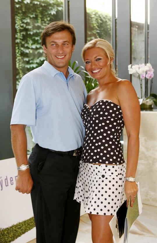 Alan chodil mnoho let s Lucií Borhyovou.