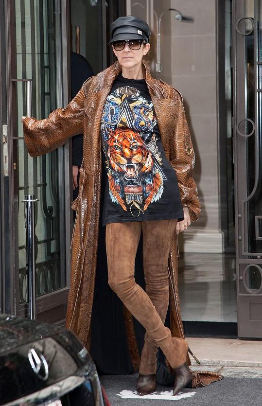 Dlouhý kožený kabát a legíny ve stejné barvě byly také trochu přehnané.