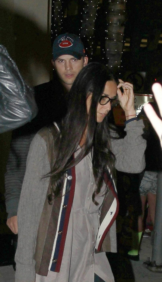 Demi s Ashtonem na letišti