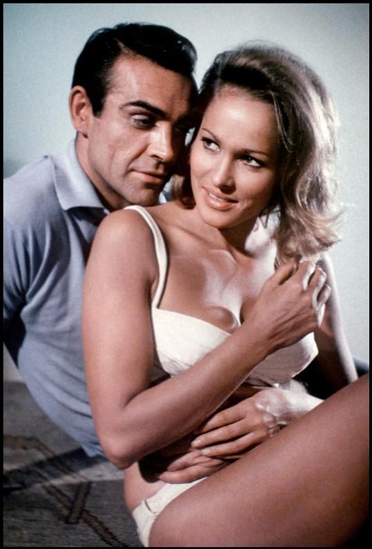 Ursula Andress s Bondem v podání Seana Conneryho