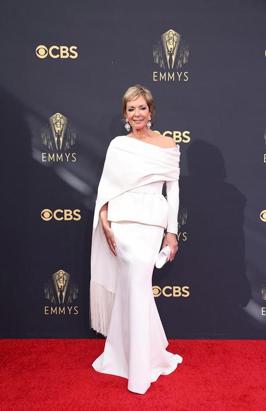 Jak se obléknout ve zralém věku na červený koberec předvedla Allison Janney v modelu Azzi & Osta.