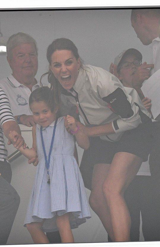 Vévodkyni gesto dcerky evidentně pobavilo.