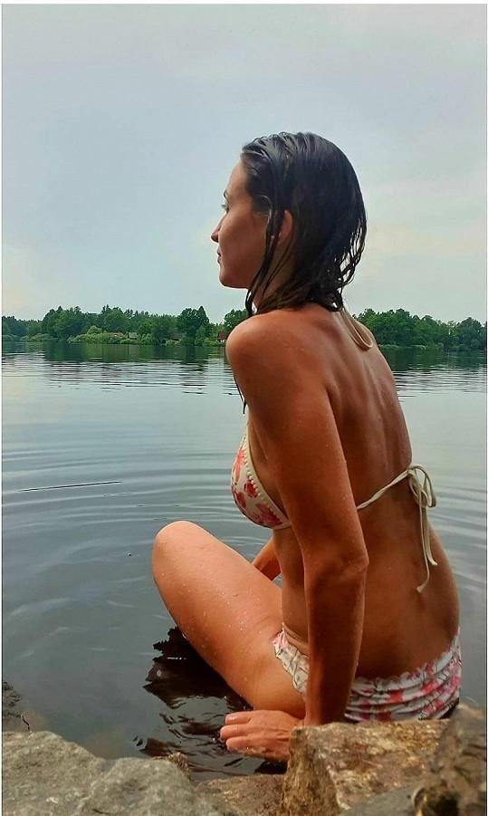 Lucie Gelemová vystavila své tělo slunečním paprskům.