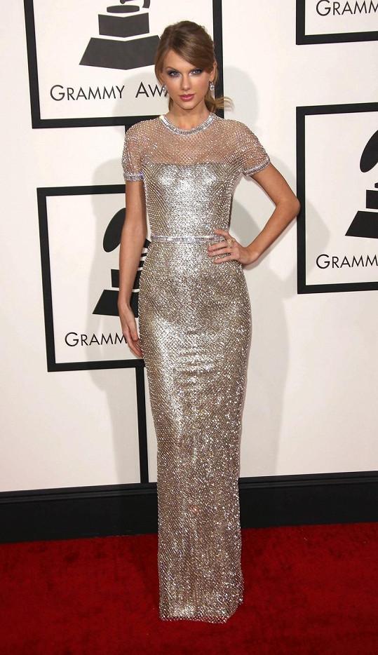 Jako bohyně působila Taylor Swift v trubkovitých šatech Gucci. Šaty ze zlatého lamé poseté tisíci drobnými krystaly příjemně ladily s diamantovými náušnicemi a perleťovými stíny.