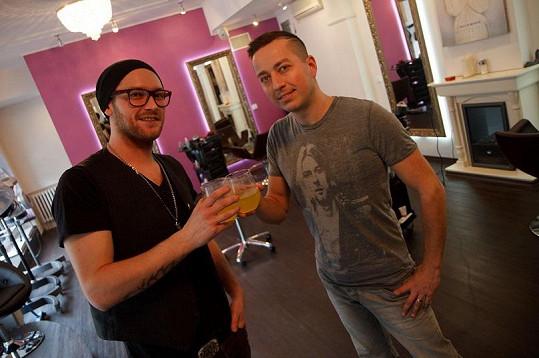 Petr Bende v novém účesu se svým kadeřníkem.