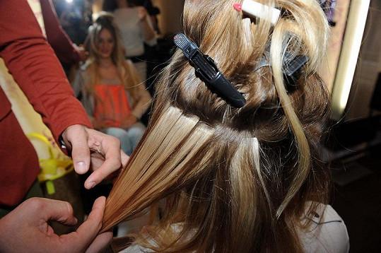 Během úpravy se k vlastním vlasům dolepují dlouhé prameny.