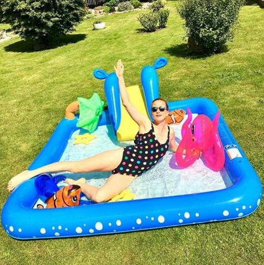 Míša toužila po sexy snímku z bazénu, kterých jsou plné sociální sítě.