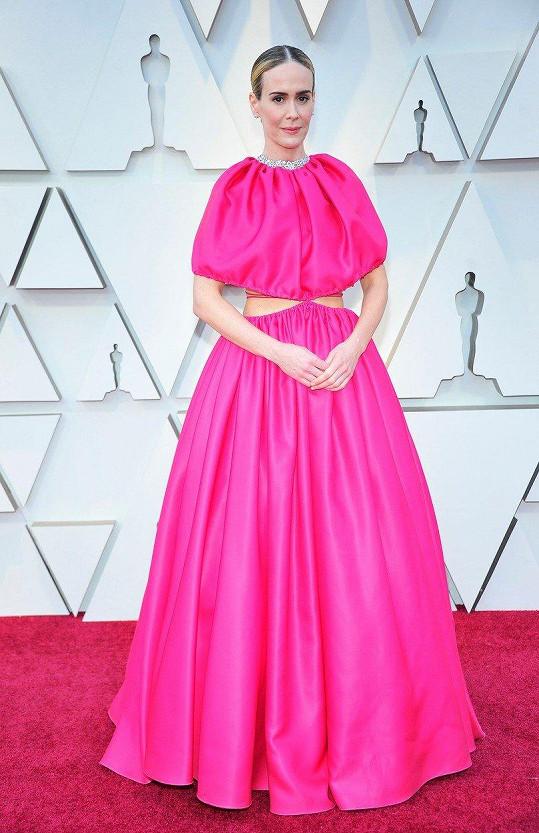Zcela nevšední střih i barva. Šaty rozdělené na dvě poloviny Brandon Maxwell ale charismatická herečka Sarah Paulson zvládla dokonale vynést.