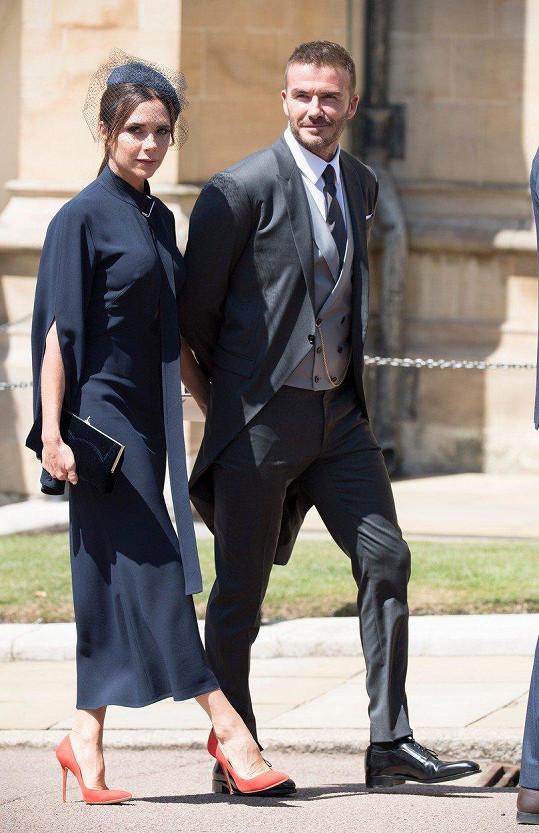 Nekorunovaný královský pár britské módy nemohl na podobné události chybět. Victoria Beckham zvolila velmi podobné šaty v barvě královské modři, které měla na sobě ještě jako těhotná před sedmi lety na svatbě prince Williama. Módní ikona svůj look odlehčila lodičkami v korálové barvě.