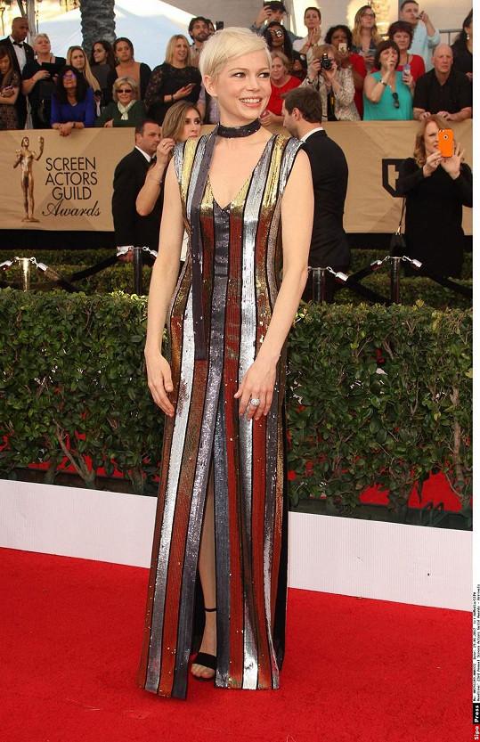 Metalický materiál a zvolené prvky napovídají, že Michelle Williams oblékl i pro tuto příležitost chrám luxusu Louis Vuitton. Herečka není žádná cukrová panenka, jejímu typu tento styl velmi svědčí.