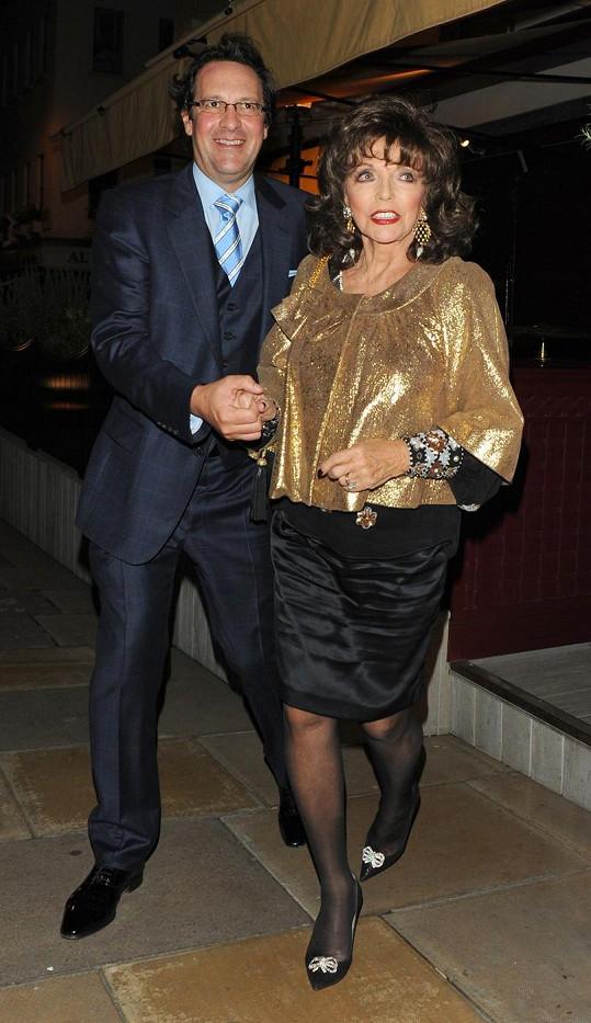 Joan Collins doprovázel manžel Percy Gibson.