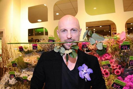Stylista Filip Vaněk od partnera květiny dostává jako omluvenku.