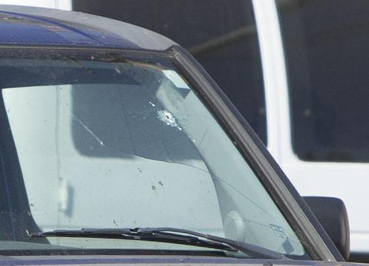 Kulka zasáhla i sklo auta.