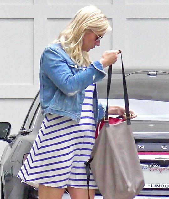 Vypadá to, jako by Lindsay schovávala bříško.