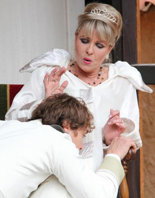 Chantal coby francouzské královně padá její mladý kolega k nohám.