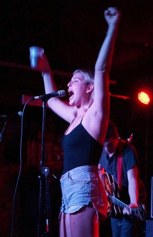 Scout LaRue takhle řádila s pivem v ruce na pódiu se svojí kapelou band Gus & Scout v roce 2012 v New Yorku.