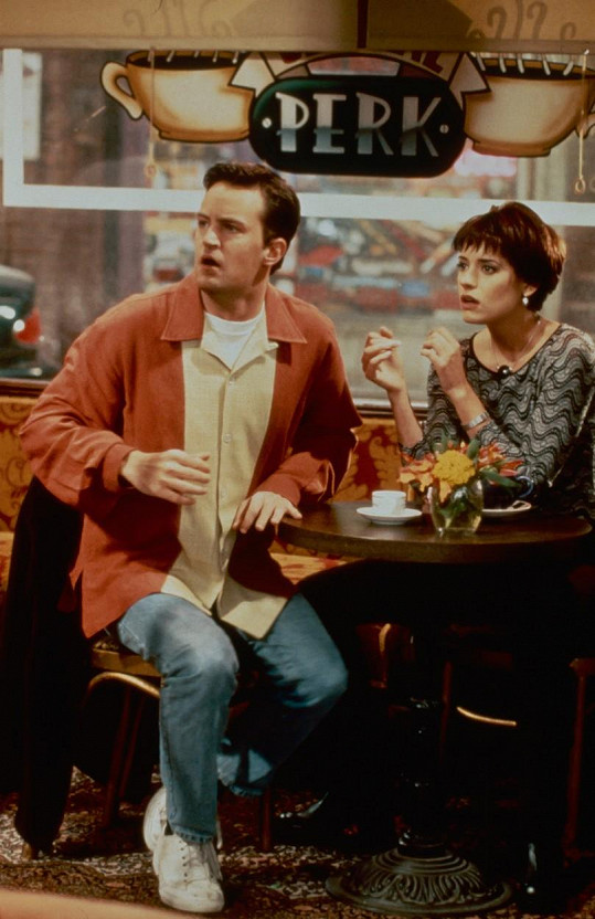 Matthew Perry a Paget Brewster jako Chandler a Kathy