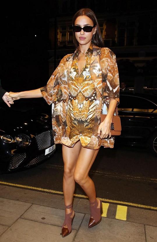 Irina po přehlídce vyrazila do ulic Londýna...