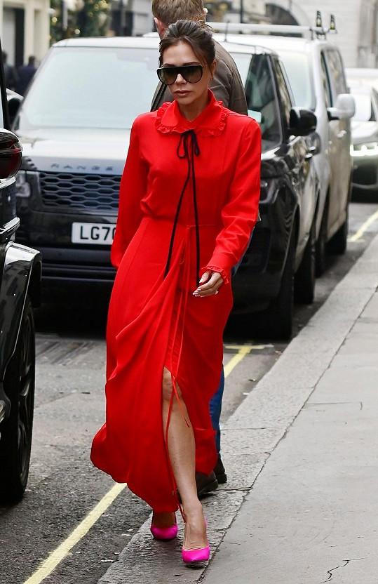 Victoria Beckham vyrazila do práce nalehko.