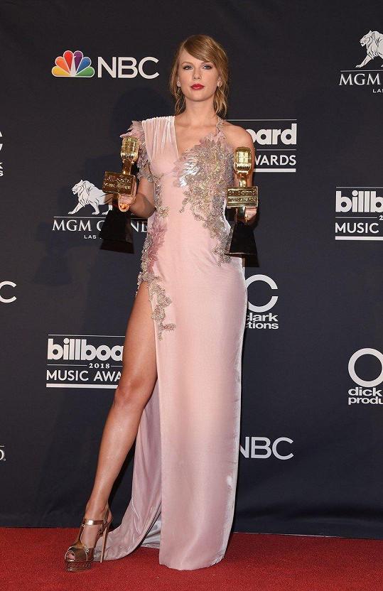 Taylor ukázala stehýnko.