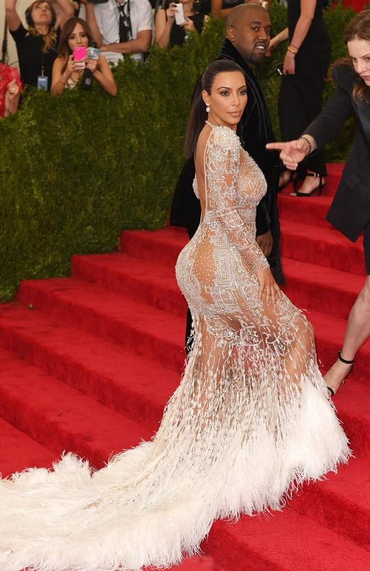 Kim Kardashian přišla v doprovodu manžela Kanyeho Westa.