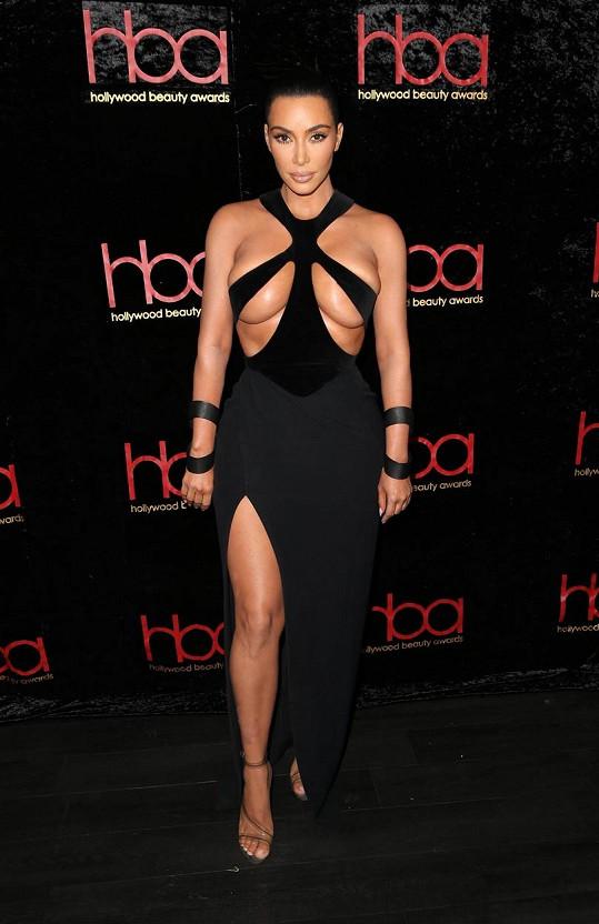 V dalším extravagantním modelu stejné značky se v minulosti po červeném koberci prošla i Kim Kardashian.