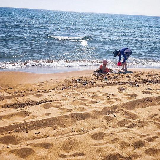Ty tráví celé dny hraním v písku.