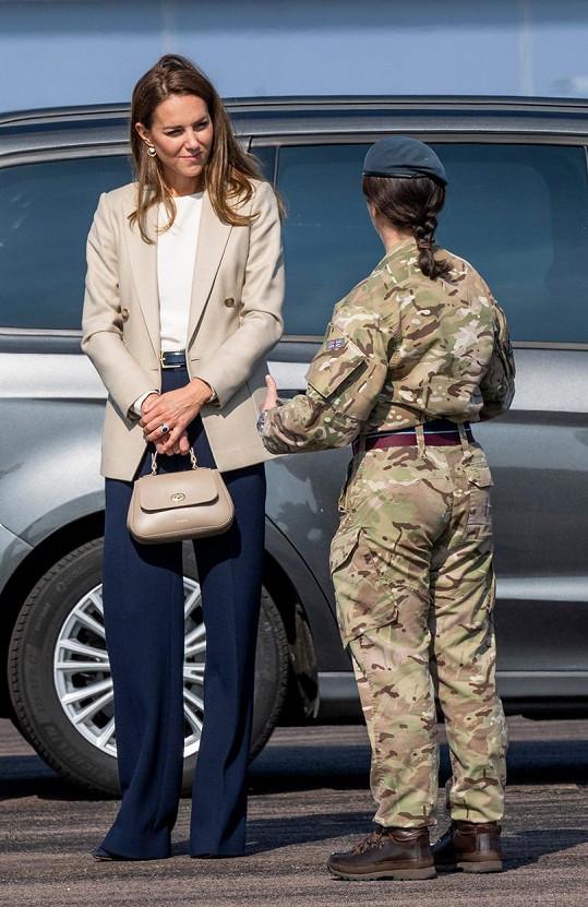 Kate Middleton při setkání s britskými vojáky, kteří pomáhali zachránit tisíce afghánských občanů při útěku ze země před Tálibánem.
