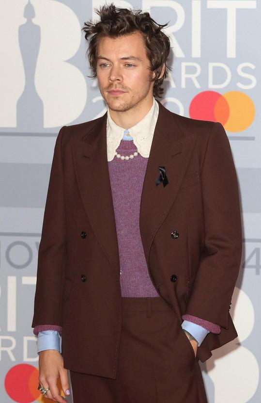 Harry Styles přišel na Brit Awards s černou stužkou na saku.